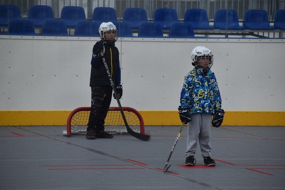 Malí hokejisté trénují na hokejbalovém hřiště, které je vedle zimního stadionu.