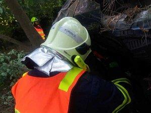 Vrak auta pomáhali likvidovat hasiči