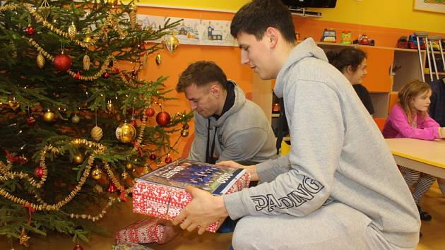 DĚČÍNŠTÍ basketbalisté navštívili nemocnici v Děčíně.