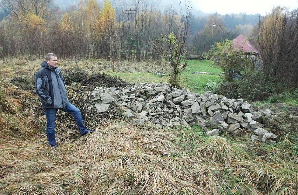 Petr Bauer nad hromadami suti, které zasypaly vzácné rostliny.