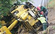 Dělníci se pustili do rozebírání velkého železničního jeřábu, který na konci května spadl z náspu v Brtníkách