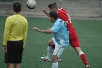 OPĚT BEZ BODU. Junior Děčín (v červeném Feledi) prohrál doma s Bílinou 0:3.