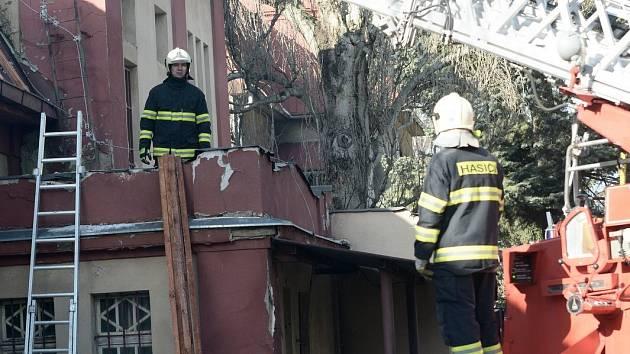 Silný vítr utrhl kus plechové střechy u bývalé kinokavárny ve Varnsdorfu.