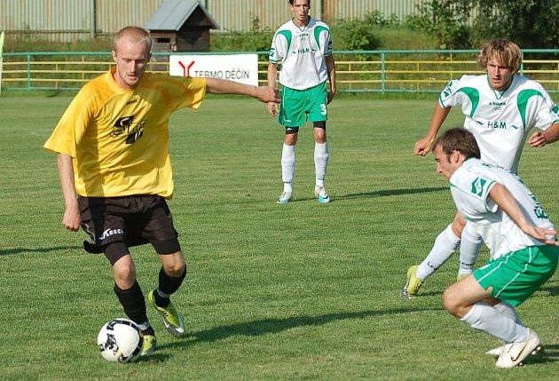 FK JUNIOR DĚČÍN (v bílém) porazil 5:0 divizní SK ST Vilémov.
