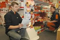 Prodavači z prodejny Jysk Daniel Košik a Miroslav Chvojka kontrolují vánoční světélka