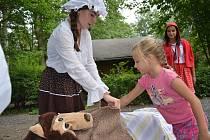 Děti si v děčínské zoo užily ke konci prázdnin pohádkovou stezku.