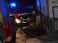 Dvě hasičské jednotky vyjely k požáru sazí v komíně v Jílovém.