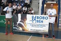 BOHUSLAV MATYS (vlevo) propagoval akci i na basketbalovém zápase v Děčíně.