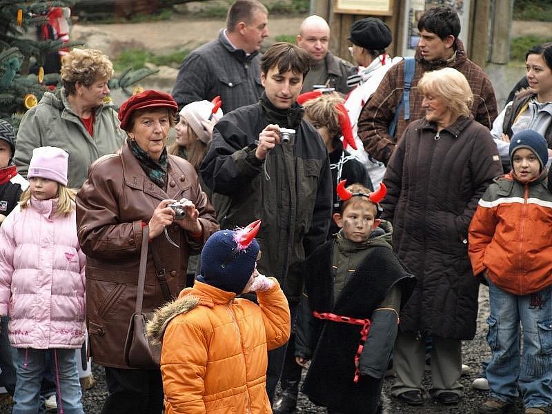 Čertovský rej na Pastýřské stěně byl i letos plný čertů, ale samozřejmě nechyběl ani Mikuláš s andělem.