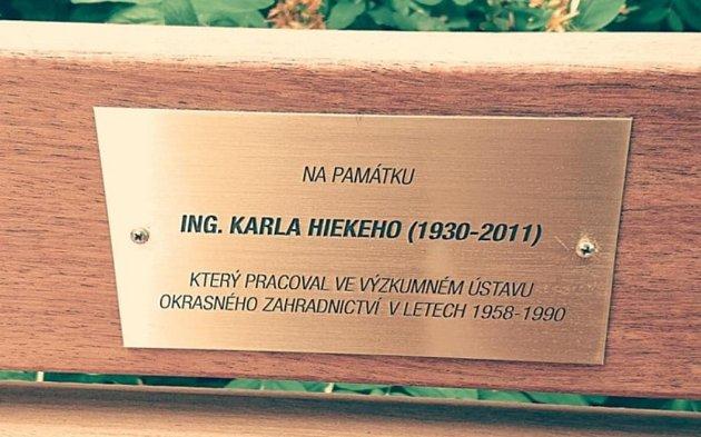 Pamětní lavička Ing. Karla Hieka.