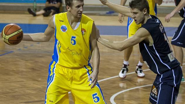 DĚČÍN OPĚT PADL S OPAVOU. Snímek je z prvního vzájemného zápasu, vlevo je Sokolovský z Opavy, vpravo zase děčínský Jiříček.