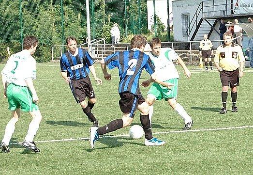 Junior Děčín a Plaston Šluknov, z jejichž vzájemného zápasu je náš snímek, se budou v I. A třídě potkávat nadále.