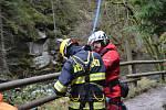 Cvičení letecké záchranky a hasičů v soutěskách.
