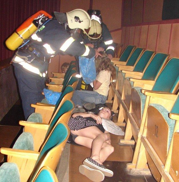 Hasiči zachraňují děti v kině.Hasiči zachraňují děti v kině.