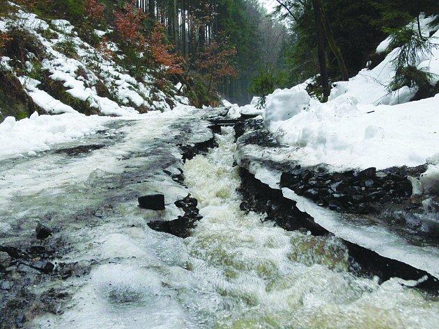 Nejméně na několik týdnů musí turisté zapomenout na zdolání Tokáně od Jetřichovic Haťovým dolem. Voda valící se z kopců s sebou vzala velkou část cesty.