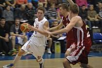 NÁJEZD. Děčínský křídelník Luboš Stria (s míčem) se prosazuje pod koš hostujících Svitav. Děčín vyhrál 79:62.