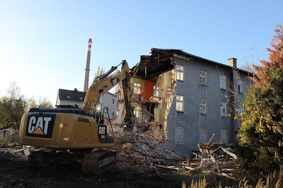 Bývalá ubytovna v Lounské ulici ve Varnsdorfu šla k zemi.