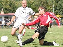 Fotbalista Uhlíř (vpravo) patřil v první polovině sezony k velkým oporám Chlumce.