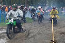 Dráha plná bahna závodníkům příliš nevadila