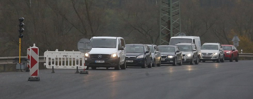 Dopravu mezi Ústím nad Labem a Děčínem komplikují opravy vozovky. Dopravu tam řídí semafory a tvoří se kolony.