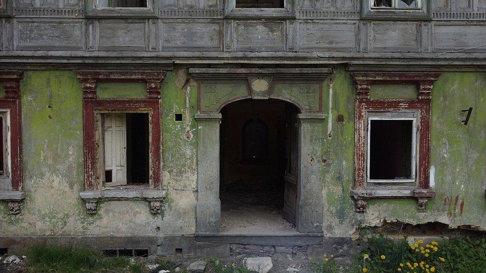 Demolice historického domu ve Varnsdorfu.