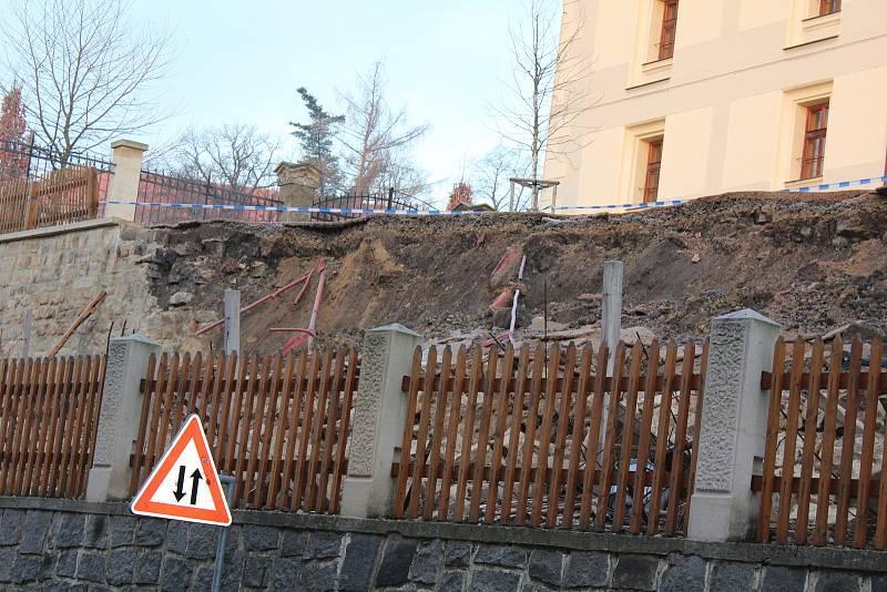 Pod zámeckou sýpkou v Děčíně se utrhla část zdi.