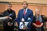 Premiér Andrej Babiš a ministři Adam Vojtěch a Klára Dostálová při návštěvě děčínské nemocnice.