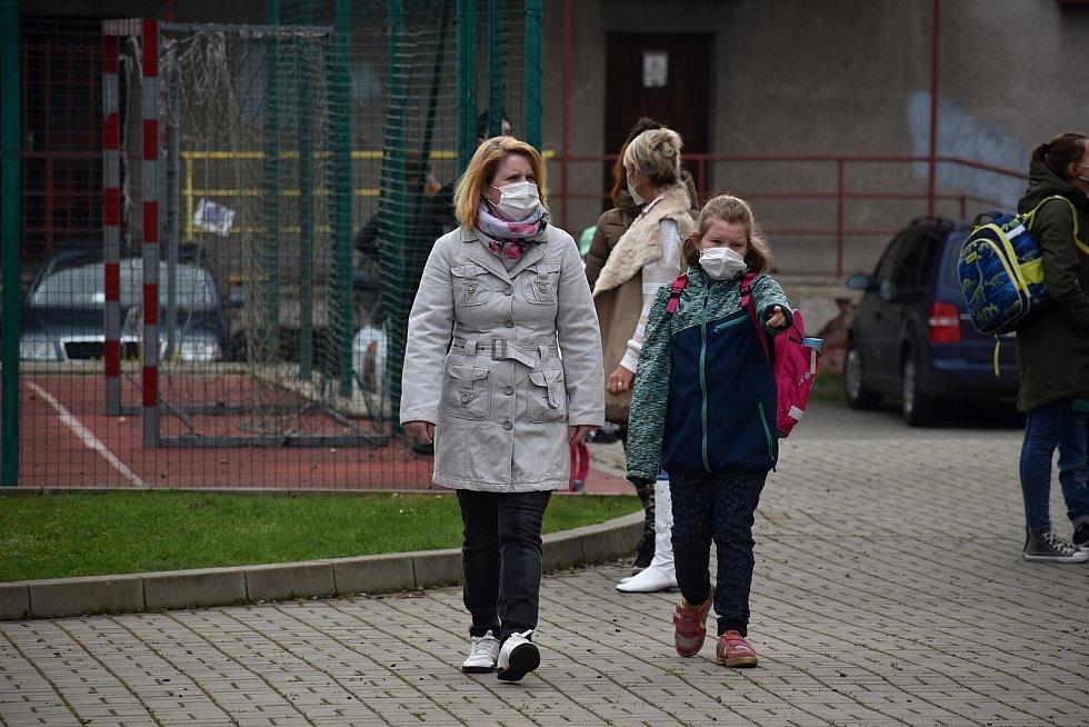 Školy na Děčínsku otevřely s týdenním zpožděním, týkalo se to i základní školy v Březové ulici v Děčíně.