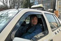 Taxikářem se na jednu hodinu stal sportovní redaktor Děčínského deníku Petr Bláha.