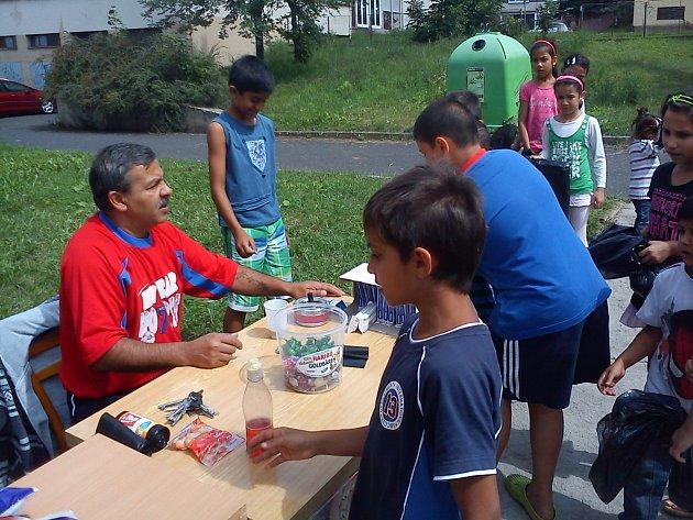 Asistenti prevence kriminality spolu s dětmi uklidili boletické sídliště.