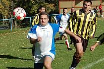VYSOKÉ VÍTĚZSTVÍ si na své konto připsali fotbalisté Huntířova (na snímku dohání míč jeho kapitán), když na domácím hřišti přejeli 6:0 bezmocné Valkeřice (v pruhovaném).