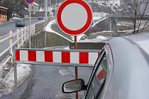 Podjezd pod Tyršovým mostem v Děčíně a cestu do Dolního Žlebu uzavřela velká voda.