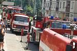 V Děčíně hořel sedmipatrový dům. Třináct lidí museli hasiči evakuovat za pomoci žebříku.