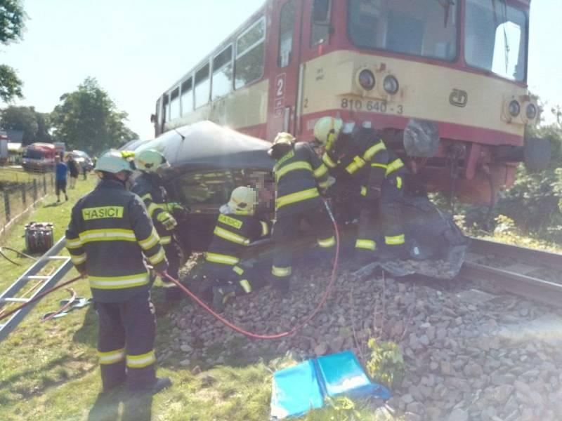 U Horního Podluží se srazil vlak s autem.