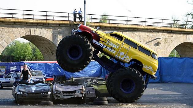 Na parkovišti pod železničním mostem se představili kaskadéři s obřími auty.
