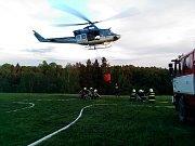 Při lesním požáru v Jetřichovicích pomáhaly s hašením dva vrtulníky.