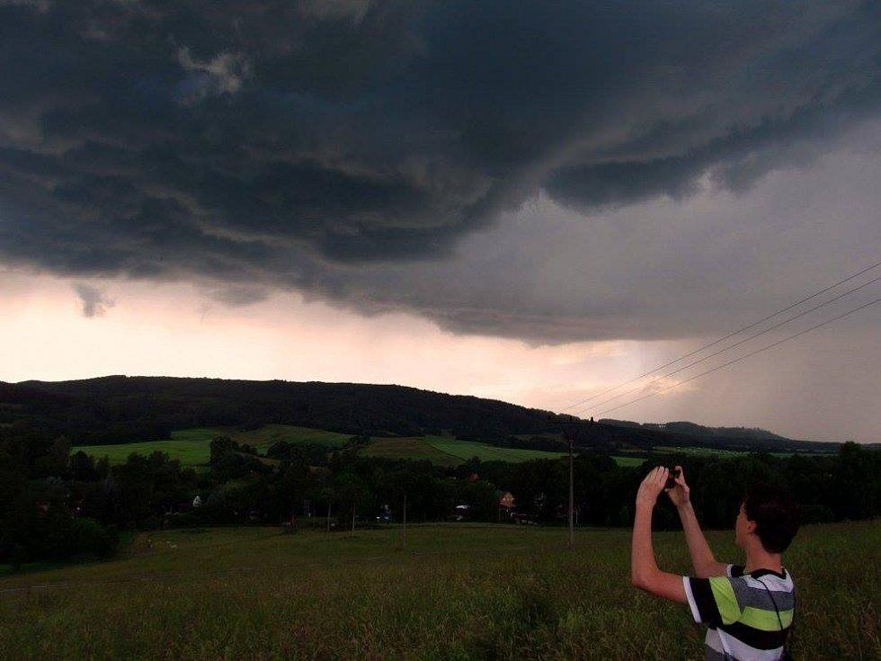 Nadšenec Lukáš Vobecký loví bouřky.