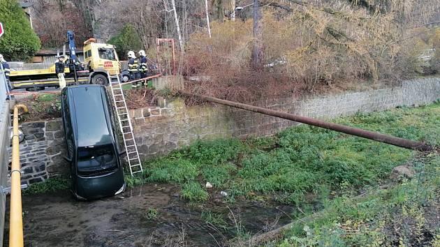 V Děčíně spadlo do Jílovského potoka auto.