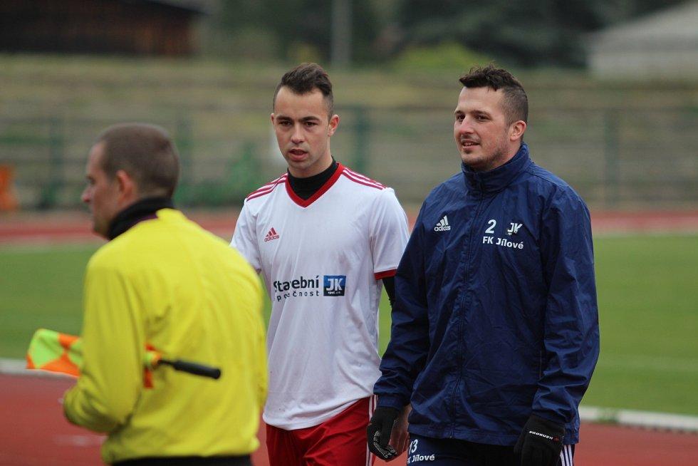 CENNÉ DVA BODY přivezli fotbalisté Jílového (v bílém) z Krupky.