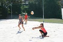 Na zbrusu nové kurty na děčínském plaveckém areálu mohou vyrazit příznivci streetballu a beachvolejbalu.