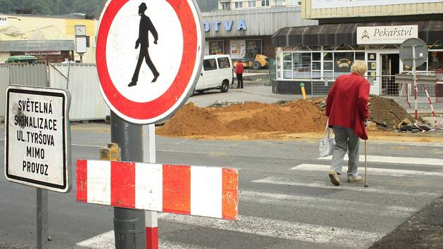 Na Tyršově ulici přecházejí lidé tam kde nesmějí.