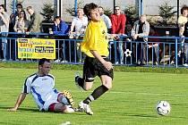 U obou branek Vilémova byl Buryánek (ve žlutém). Na první přihrál, při druhém byl faulován ve vápně a byla z toho penalta.