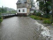 Úklid po záplavách ve Hřensku.
