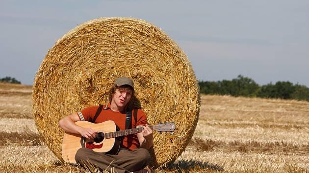 Pop: KLUS V POKLUSU. Ač to tak podle pohodové letní fotky nevypadá, nový český písničkář Tomáš Klus se nezastaví. V sobotu 20. září od 15.00 hodin například zahajuje děčínskou zastávku festivalu Jam Rock 2008