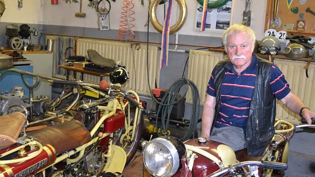 Karel Horký se svými motorkami.