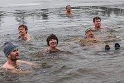 S otužilci vlezl do zamrzlého rybníku i herec Pavel Nový.
