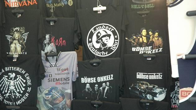 Trička s logy neonacistických kapel Bis zum Bitteren Ende a Lander jsou běžně k dostání u trhovců ve Hřensku.