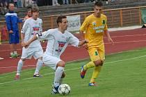 NEÚSPĚCH. Fotbalisté Varnsdorfu (v bílém Tvaroha) prohráli 0:1 v Sokolově.