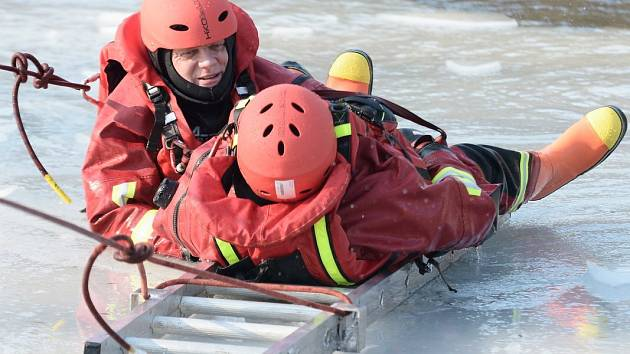 Varnsdorfští hasiči cvičili záchranu lidí, kteří se probořili ledem.