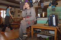 Před několika roky vyměnil třicetiletý Ondřej Šanc ústecký činžák za život na chalupě v Merbolticích. Společně s manželkou Jindrou, které ale zatím hodně času zabírá péče o rok a půl starého syna Jonatána, tam začali budovat kozí farmu.